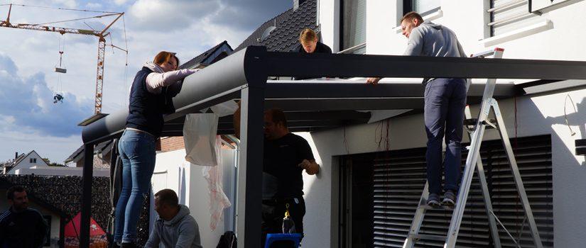 Innendienst im Außeneinsatz – ein Terrassendach wird montiert