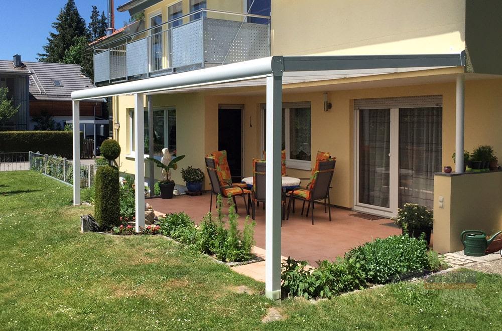 Ein Alu-Terrassendach REXOpremium 7m x 3m. Trotz der Breite werden nur 3 Pfosten benötigt. Durch die Begrünung sitzt man fast im Garten.
