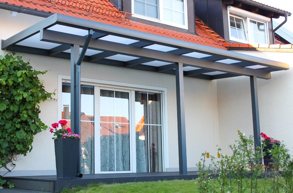 Ein Alu-Terrassendach REXOclassic 6m x 2,5m in Anthrazit und Stegplatten in Opal.