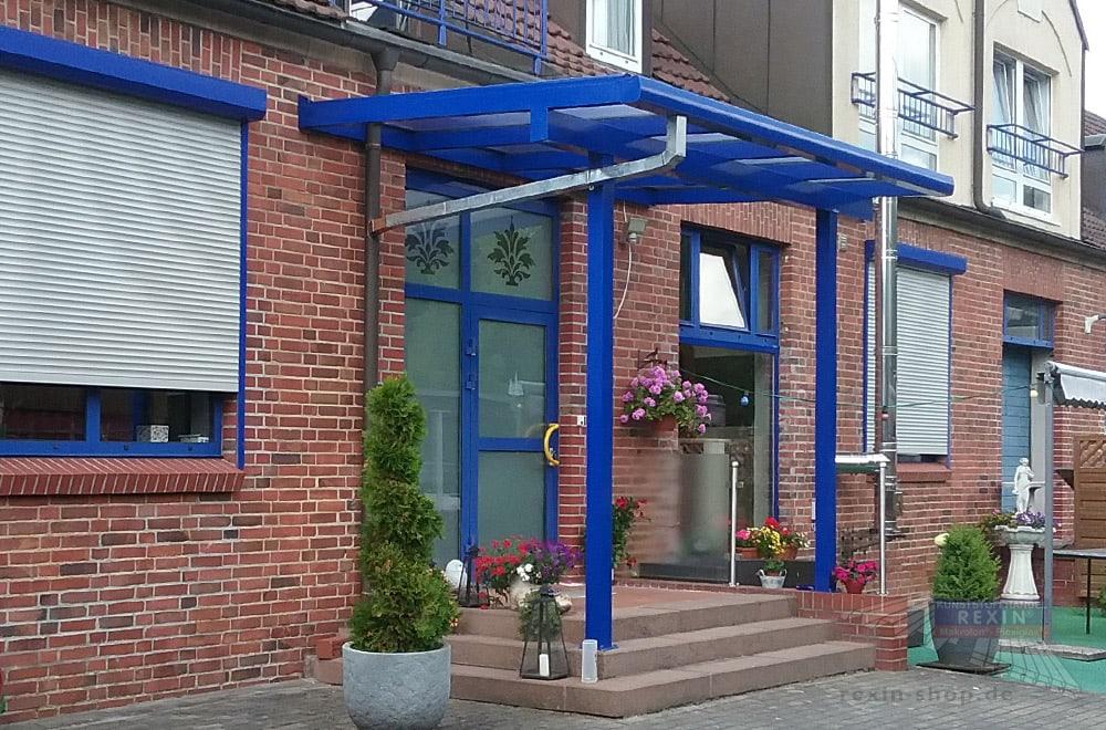 Es muss nicht immer Anthrazit sein: Ein Alu-Terrassendach REXOclassic 4m x 2,5m mit Makrolon-Stegplatten als originelles Haustür-Vordach.