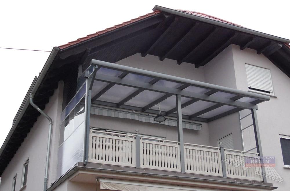 Ein Alu-Terrassendach REXOclassic 7m x 3,85m in Anthrazit und Polycarbonat-Stegplatten.