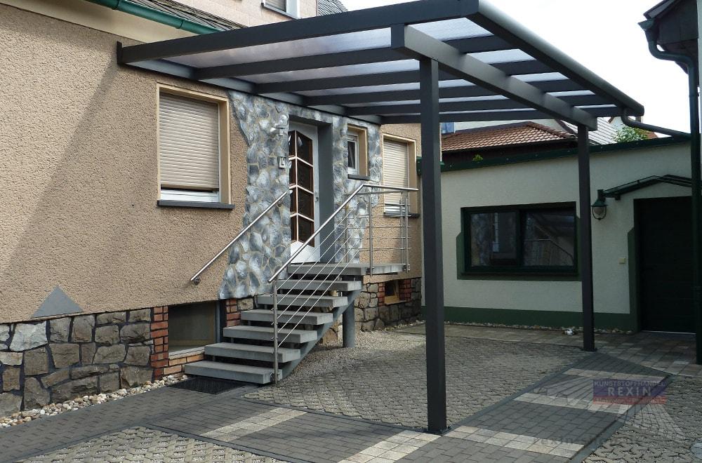 Ein Alu-Terrassendach - oder besser: Haustürvordach REXOclassic 5m x 4m in Anthrazit, Polycarbonat-Stegplatten und Regenrinne REXOdrop XL.
