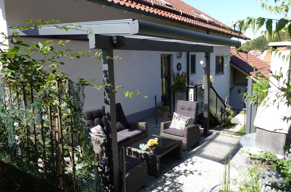 Ein Alu-Terrassendach REXOclassic 4m x 3,25m in Anthrazit mit Plexiglas-Stegplatten & REXOdrop XL Regenrinne.
