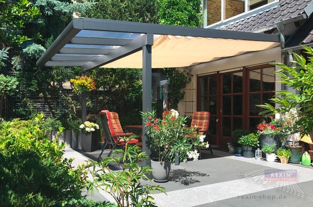 Ein Alu-Terrassendach REXOclassic 3,85m x 5m in Anthrazit mit REXOdrop Regenrinne. Bei diesem XXL-Dach wurde kundenseits ein Sonnenschutz aus Stoff angebracht.