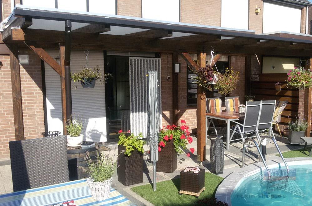 Ein Holz-Terrassendach REXOcomplete 7m x 3 m mit Holzfarbe Palisander und Stegplatten in Opal und passender Regenrinne.