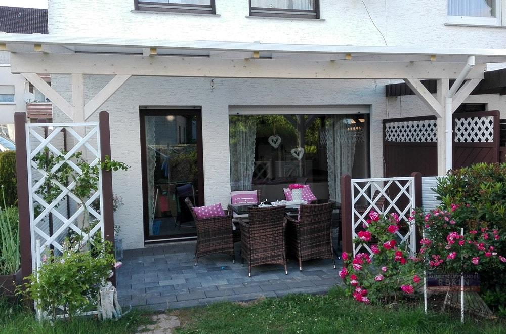 Ein Holz-Terrassendach REXOcomplete: 6m x 3m: Ganz in weiß, viel Natur drumherum.