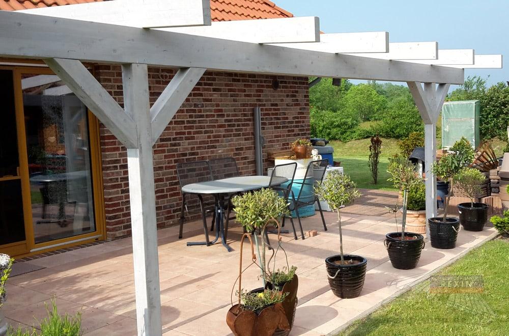 Ein Holz-Terrassendach REXOcomplete mit toller Sicht auf die Umgebung.