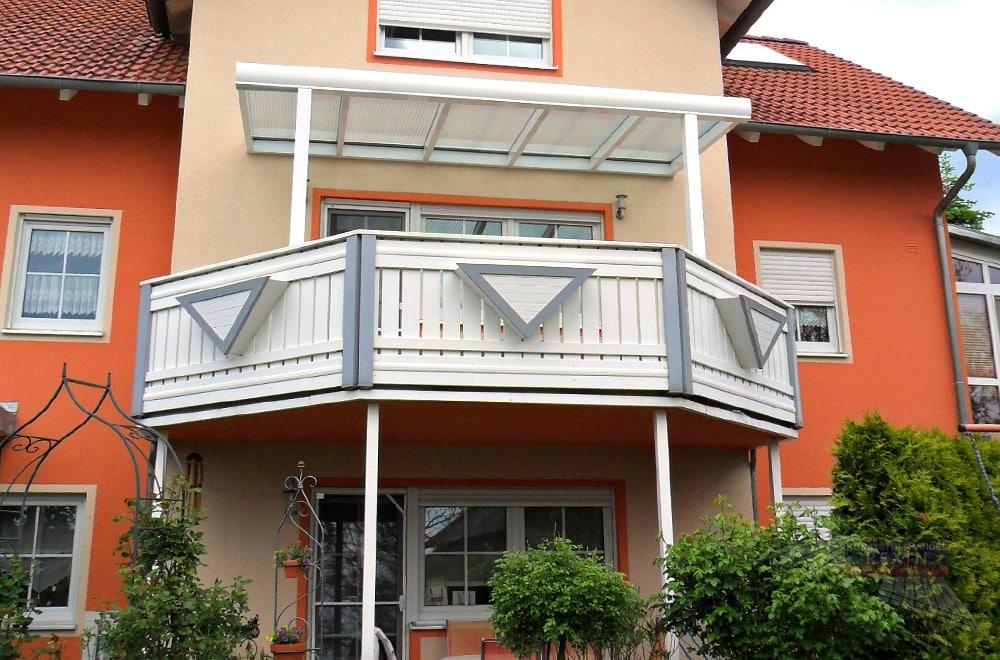 Ein Alu-Terrassendach REXOclassic 4m x 2m in Anthrazit mit Plexiglas-Stegplatten - hier originell 'zweckentfremdet' als Balkonüberdachung.
