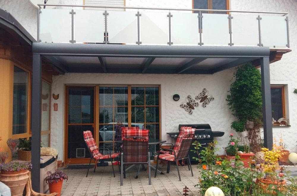 Ein Alu-Terrassendach REXOpremium 4m x 3m mit Eiskristall-Stegplatten.