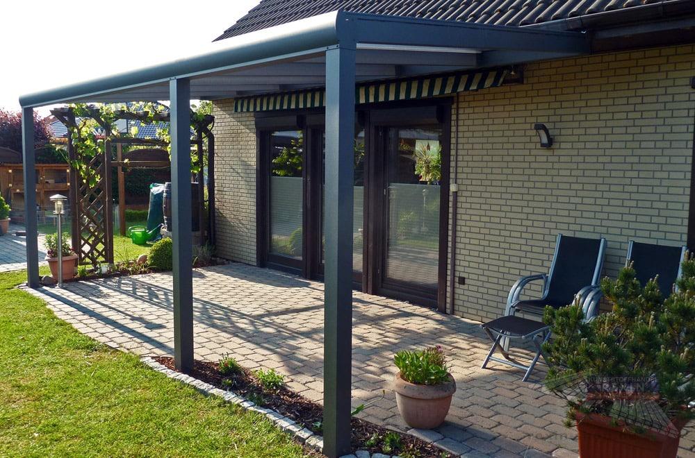 Ein Alu-Terrassendach REXOpremium 6m x 3,5m mit transparenten Stegplatten.