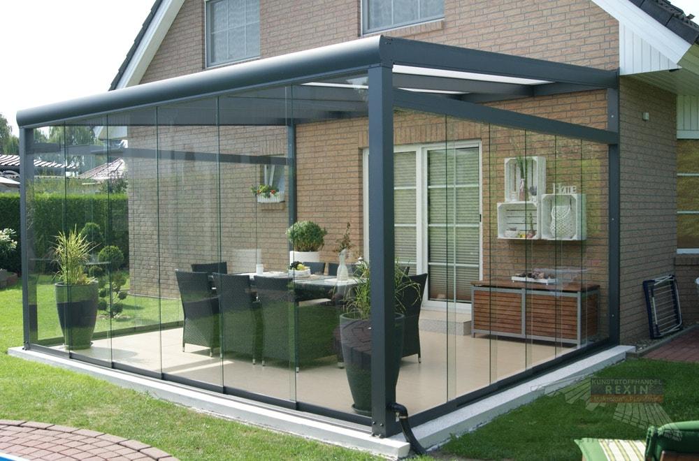 Ein Alu-Terrassendach REXOpremium 4,8m x 4m mit REXOclear-Stegplatten, Seitenkeilen sowie REXOslide-Schiebewänden.