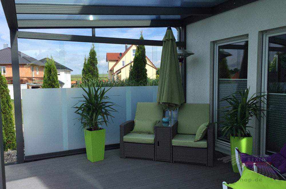 Ein Alu-Terrassendach REXOpremium 4m x 3,5mm mit Makrolon-Stegplatten, Seitenkeil sowie einer REXOslide Schiebewand, die kundenseits mit Glas ausgestattet wurde.