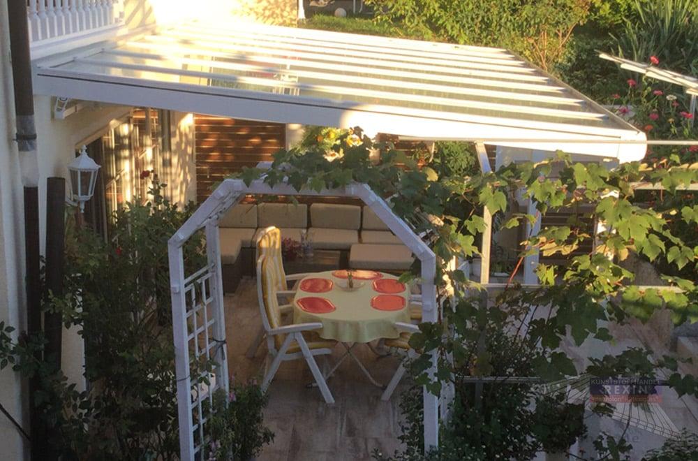 Ein Alu-Terrassendach REXOclassic, toll begrünt mit echtem Garten-Flair.