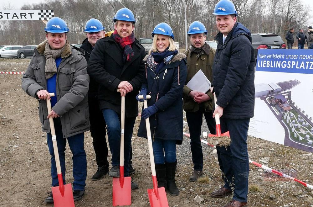 Die REXIN-Geschäftsführung, mit der Delegation der Stadt Dorsten, beim Spatenstich: Der erste Schritt auf dem Weg zum neuen Firmensitz.