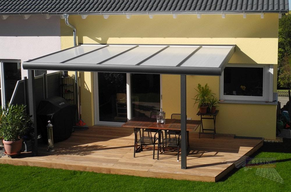 Vom Komplettpaket zum Terrassendach: Eine schöne Terrassenüberdachung in der Farbe Anthrazit.
