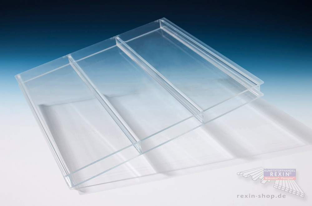 Eine Stegplatte aus Plexiglas® - hoch transparent und sehr bruchsicher.
