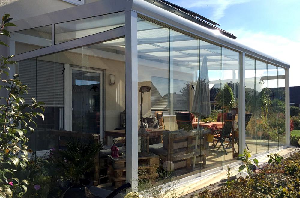 Das Terrassendach wird mit Glasschiebewänden zu einem Gartenzimmer bzw. Kaltwintergarten.