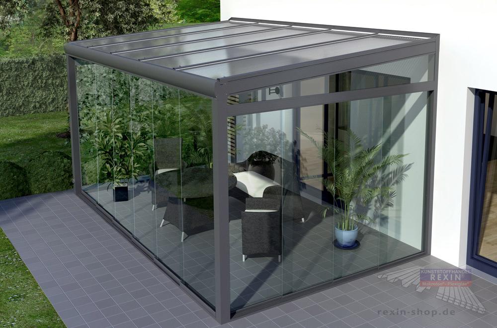 Ein gemütliches Gartenzimmer: Glasschiebewände sind die optimale Ergänzung für ein Terrassendach.