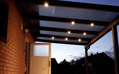 Die richtige Beleuchtung für das Terrassendach: Aufbaustrahler sorgen für eine stimmungsvolle Atmosphäre.