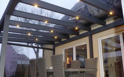 Aufbaustrahler sorgen für eine angenehme Beleuchtung unter dem Terrassendach.