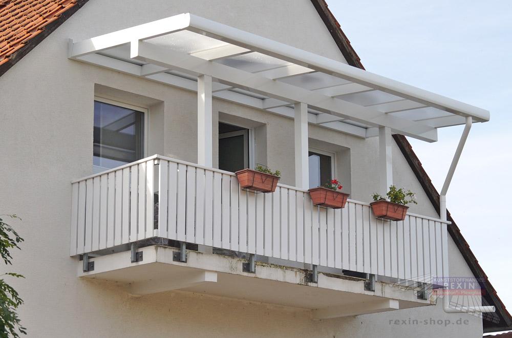 Den Balkon überdachen - hier mit einem Alu-Terrassendach REXOclassic als Balkonüberdachung.