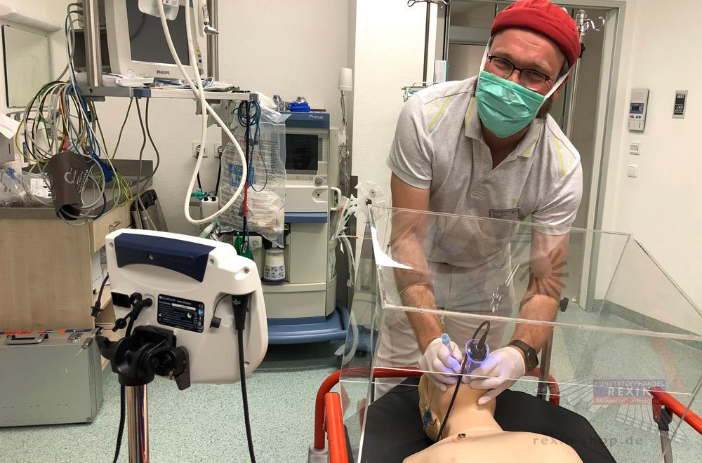 Ein erster Test der Intubationsbox an einem speziellen Dummy.