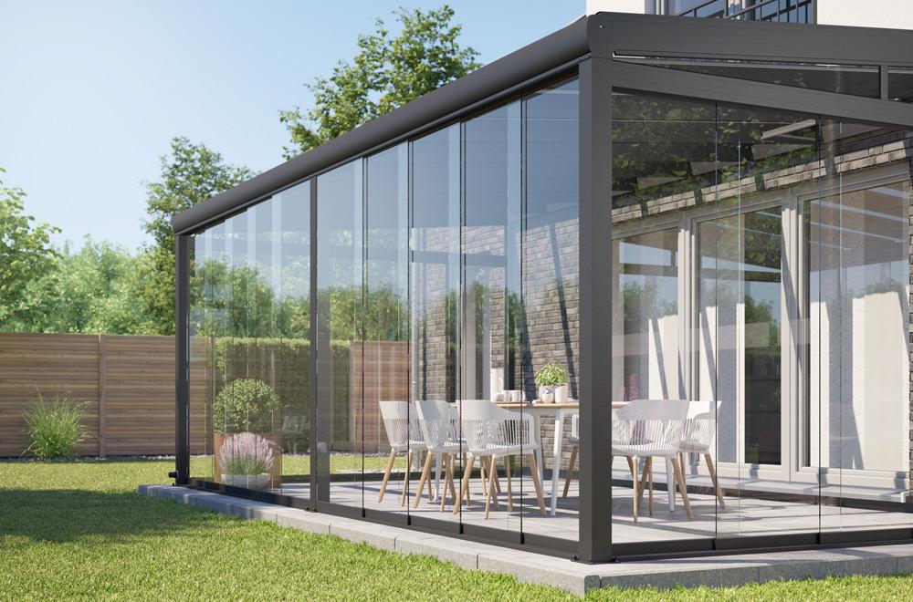 Eine praktische Lösung für eine Nord-Terrasse: Terrassendach mit Glassschiebewänden.