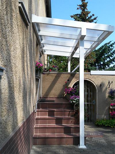 Alu-Vordach REXOclassic als Haustür-Vordach mit markantem Dachüberstand.
